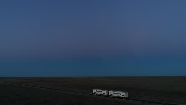 vídeos y material grabado en eventos de stock de 4k aerial of desert at dusk - brightly lit