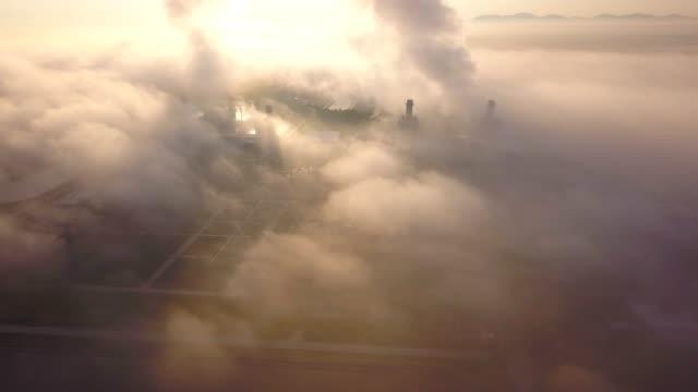 vidéos et rushes de 4 photo aérienne de k de centrale électrique à cycle combiné et de la tour de refroidissement dans la brume à l'asie du sud-est - synthpop