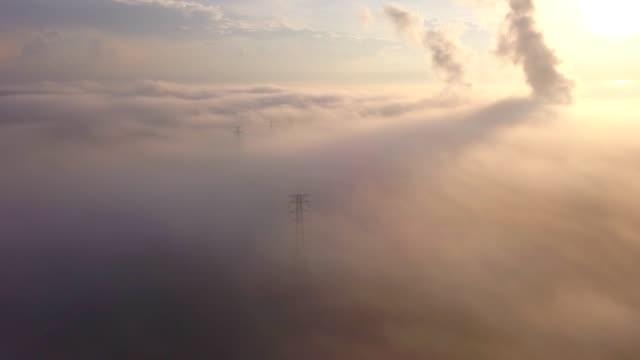 vidéos et rushes de 4 photo aérienne de k de centrale électrique à cycle combiné et poteau électrique haute tension dans la brume à l'asie du sud-est - synthpop