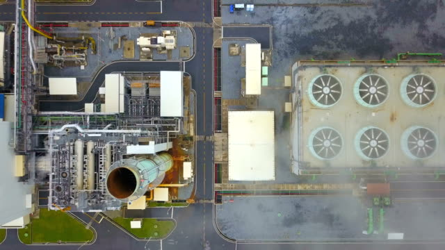 vídeos de stock e filmes b-roll de 4k aerial shot of combine cycle powerplant and cooling tower in asia - gerador