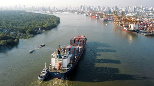 vídeos y material grabado en eventos de stock de 4k antena disparo pista de nave de envase en astillero para logística en océano - buque tanque