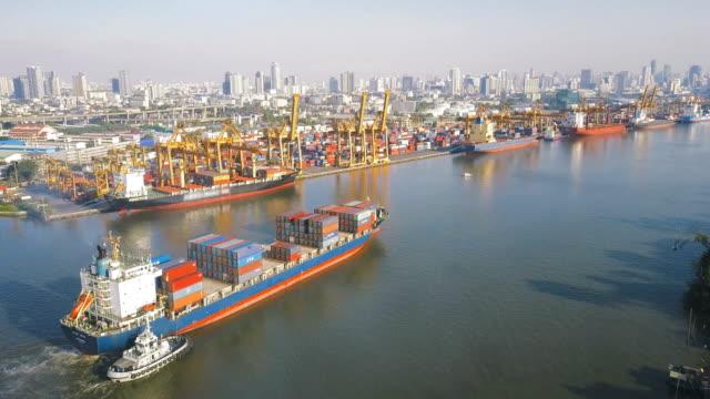 stockvideo's en b-roll-footage met 4k antenne beschoten spoor van het containerschip dockyard voor logistieke in oceaan - container