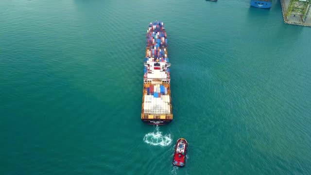 stockvideo's en b-roll-footage met 4 k luchtfoto bijhouden van containerschip in oceaan - schip watervaartuig