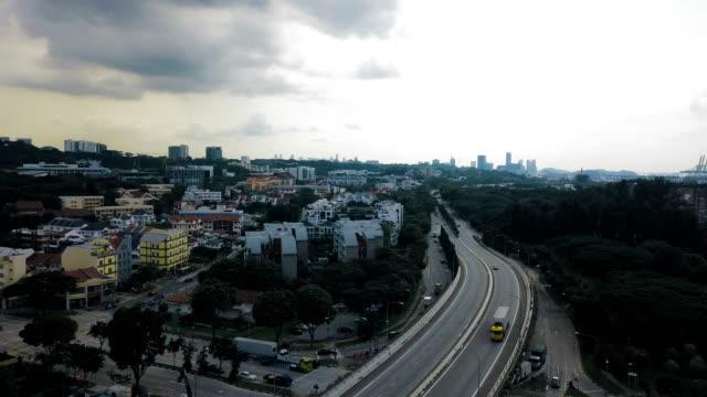 4 k vertikale luftbild auf dem dach finanzviertel gebäude und autobahn - bankenviertel stock-videos und b-roll-filmmaterial