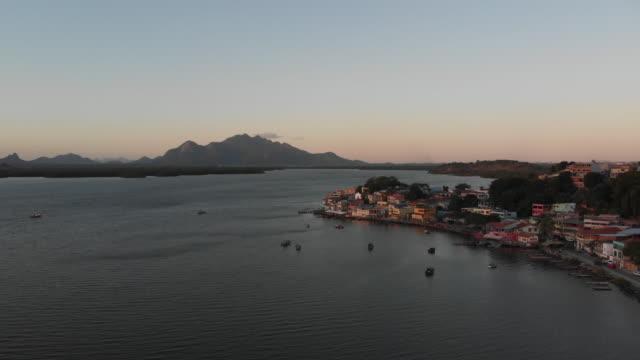 vídeos de stock, filmes e b-roll de 4k aerial video - ilha das caieiras - aldeia