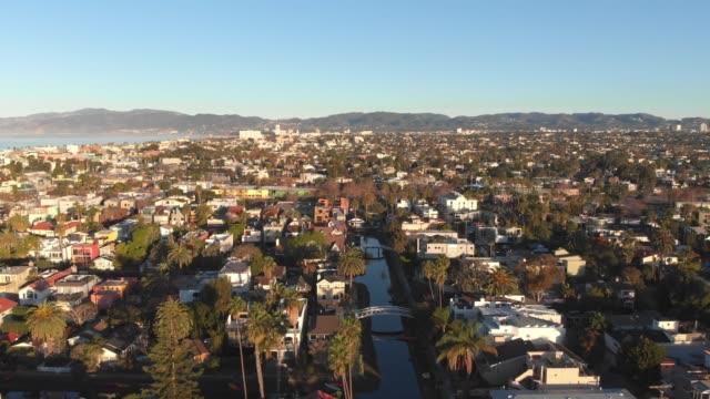 vidéos et rushes de vidéo aérienne 4k-canaux et rues à venise, californie - canal eau vive