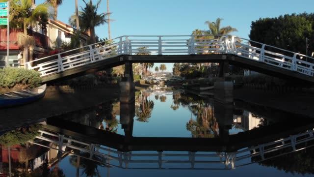 vídeos y material grabado en eventos de stock de video aéreo 4k-canales y calles en venecia, california - venice california