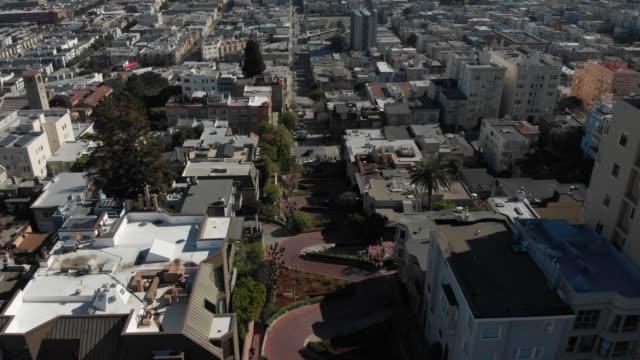 4k aerial video-bilar kör ner lombard street - lombard street san francisco bildbanksvideor och videomaterial från bakom kulisserna