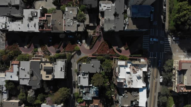 4k aerial video - cars driving down lombard street - baia di san francisco video stock e b–roll