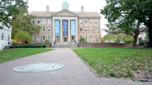 vídeos de stock e filmes b-roll de 4k aerial video of unc-chapel hill's south building - campus