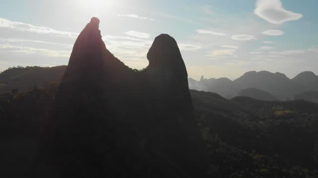 vídeos de stock, filmes e b-roll de 4k aerial video - o frade e a freira - monument