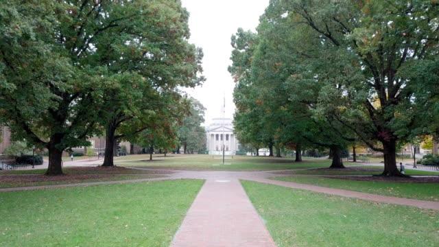 vídeos de stock e filmes b-roll de 4k aerial video through unc-chapel hill's quad - campus
