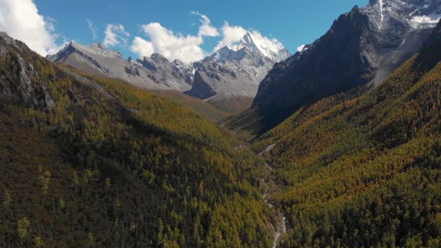 4 k 空撮と yading 自然保護区、中国で秋の渓谷からドリー。 - 囲む点の映像素材/bロール