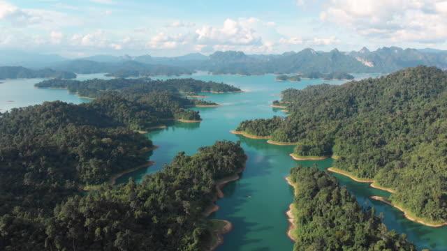 4 k Ansicht und Dolly Luftaufnahme des tropischen Regenwaldes am Chiaw Lan-Damm in Khao Sok.