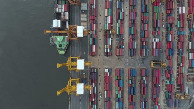 4 k Luftbild und Zoom in der Containerschiff im Industriehafen.