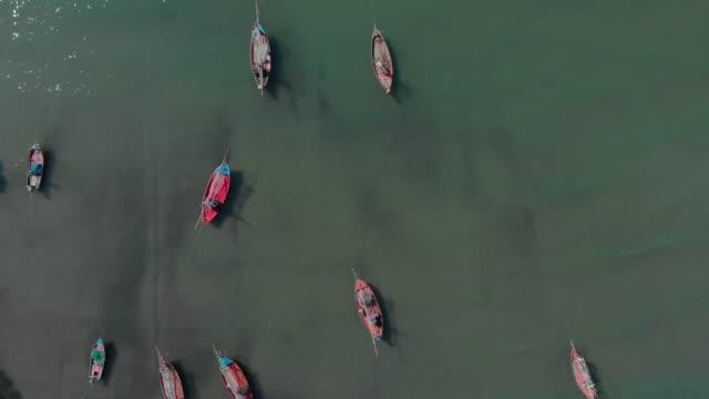 vidéos et rushes de 4 vue aérienne de k et zoom sur le bateau de pêche. - industrie de la pêche