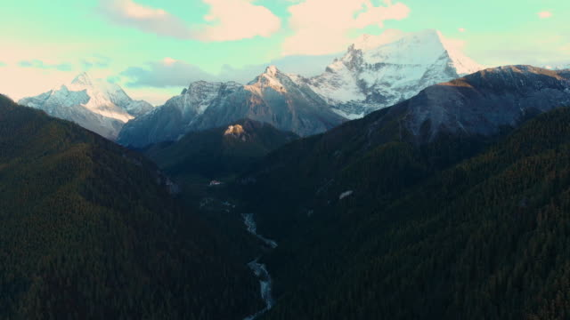 4 k 空撮と yading 自然保護区、中国で秋の渓谷からズーム。 - 囲む点の映像素材/bロール