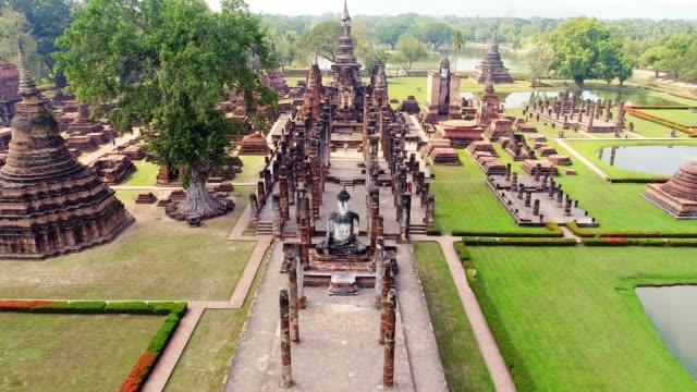 vidéos et rushes de 4k vue aérienne du temple antique de ville d'ayudhaya - antenne individuelle