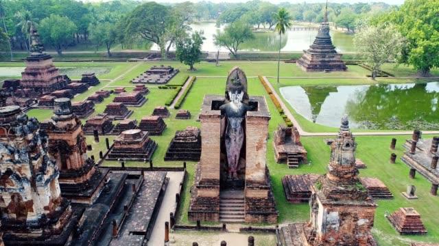 vidéos et rushes de 4k vue aérienne du temple antique de ville d'ayudhaya - antennes