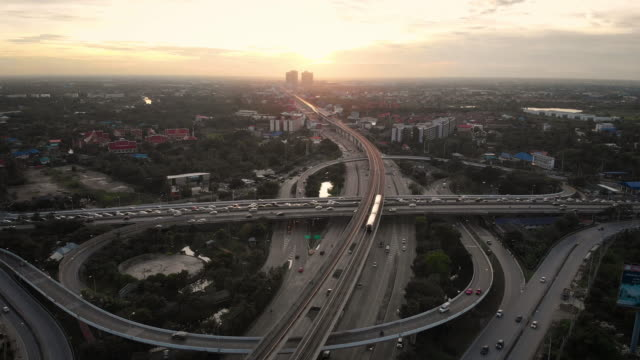 vídeos de stock e filmes b-roll de 4k aerial view of bts skytrain and city street in sunset time. - inclinação para cima