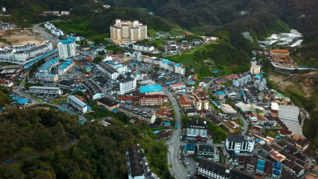 vídeos de stock e filmes b-roll de 4k aerial view of hotel and city in the brinchang, pahang, malaysia - malaysian culture