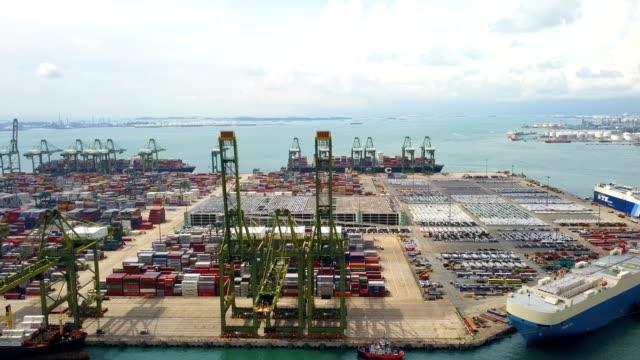 コンテナー船、東南アジアに 4 k 工業の空中ビュー ポート - クワッドコプター点の映像素材/bロール