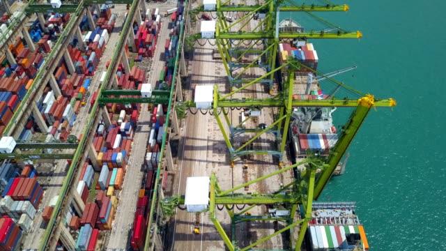vídeos de stock, filmes e b-roll de 4 k aerial view de industrial portuário com contêineres de navio, sudeste da ásia - engradado