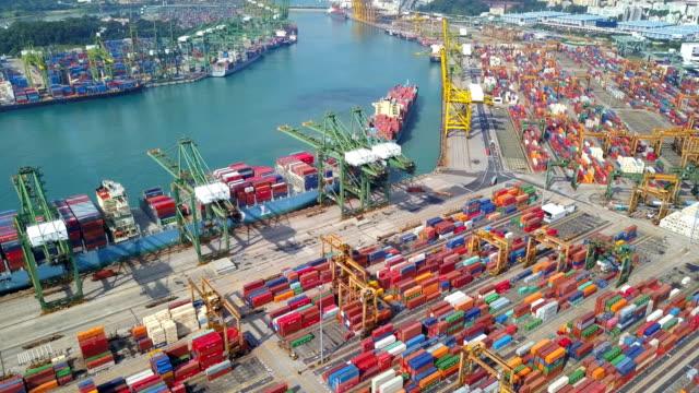 コンテナー船と 4 k の航空産業のビュー ポート - 桟橋点の映像素材/bロール
