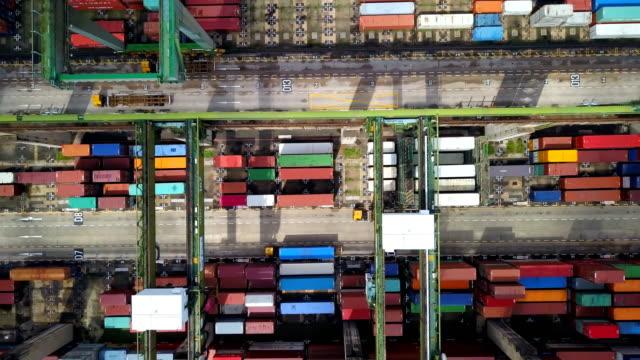 4 k Aerial View der Industriehafen mit Container-Schiff