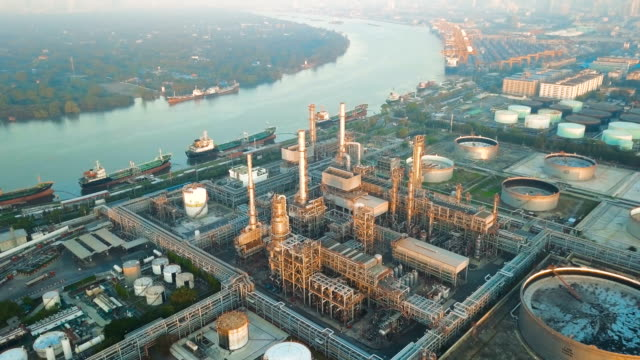 vídeos de stock e filmes b-roll de 4k aerial view of large oil refinery facilities at sunrise in asia - gerador