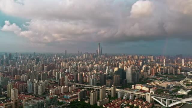 vídeos y material grabado en eventos de stock de 4k : aerial view of shanghai skyline with rainbow - expansión urbana