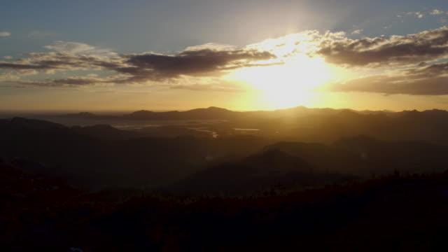vídeos y material grabado en eventos de stock de 4k aerial view of sunset over mountains and islands in new caledonia - territorios franceses de ultramar