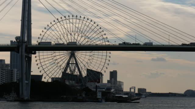 大阪湾港エリアの4k空中写真 - 観覧車点の映像素材/bロール