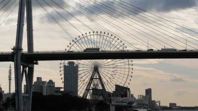 vídeos de stock, filmes e b-roll de vista aérea de 4k da área do porto da baía de osaka - roda gigante