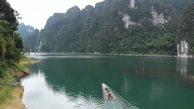 4 k Luftaufnahme des hölzernen Floß in See schweben.