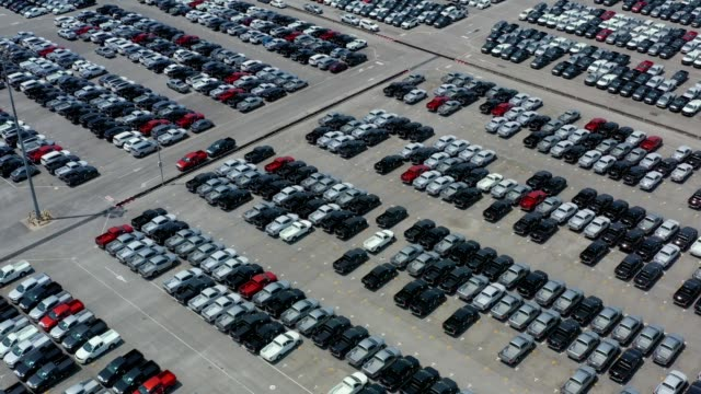 vídeos de stock e filmes b-roll de 4k aerial view, thousand of new cars waiting for export at port - aluguer de automóveis