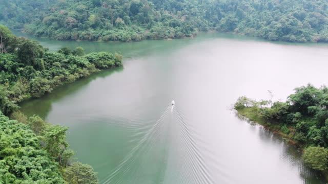 4 k luchtfoto tracking shot reizen boot.