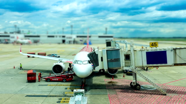vídeos de stock e filmes b-roll de 4k airplane time lapse at gate - alfalto