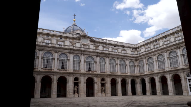 vídeos de stock e filmes b-roll de 4k architecture shot of the royal palace of madrid inner courtyard plaza. panning shot. no people. bright sunny conditions on summers day. blue skies. - pátio