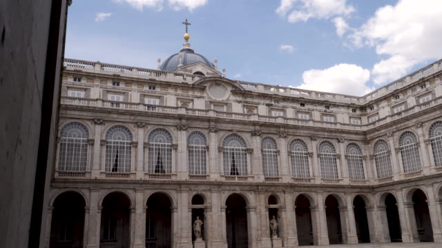vídeos y material grabado en eventos de stock de 4k architecture shot of the royal palace of madrid inner courtyard plaza. panning shot. no people. bright sunny conditions on summers day. blue skies. - palacio real de madrid