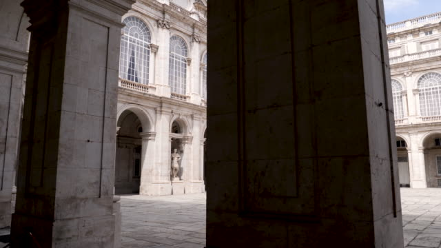 vídeos y material grabado en eventos de stock de 4k architecture shot of the royal palace of madrid inner courtyard plaza. panning shot. no people. bright sunny conditions on summers day. blue skies. - españa