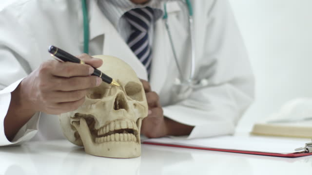 4 k: アジア医師と患者が病院や診療所での人間の神経系の話。 - 鼻腔点の映像素材/bロール