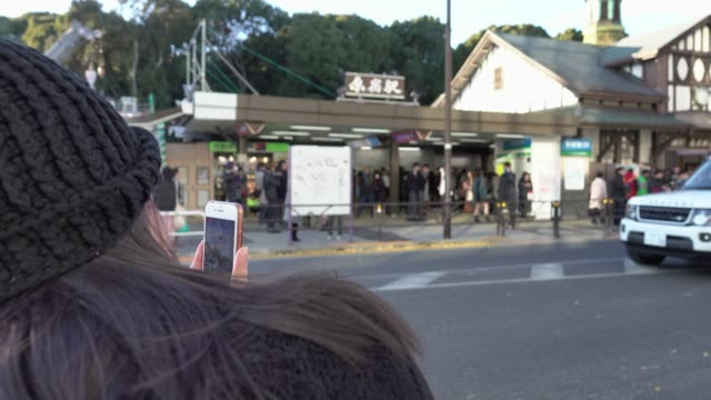 4k: Asian Girl taking Photo at crossroad