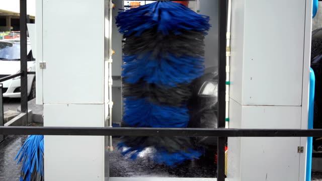 4 k automatisk borste biltvätt - biltvätt bildbanksvideor och videomaterial från bakom kulisserna