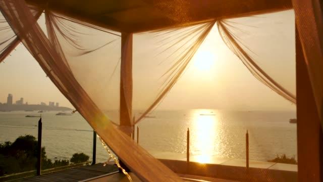 stockvideo's en b-roll-footage met 4k strand ligbed stoel op het tropische strand bij zonsondergang - tent