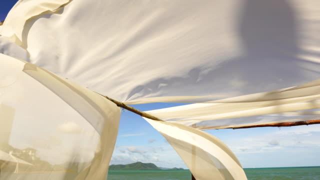 stockvideo's en b-roll-footage met 4k beach ligbed chair op het tropische strand - terras terrein