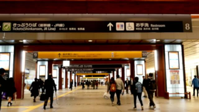 4k suddiga människor i train station - tunnelbaneplattform bildbanksvideor och videomaterial från bakom kulisserna
