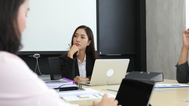 vidéos et rushes de 4 de k femmes d'affaires et de groupe à l'aide de bloc-notes pour discuter des documents et des idées à la réunions et d'affaires femmes sourire heureux pour travail les partenaires commerciaux - engagement des employés