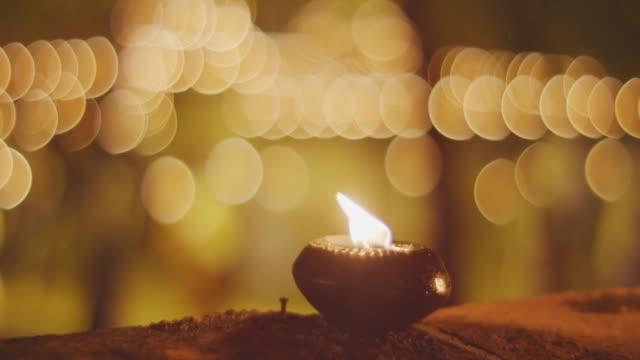 仏教の宗教的な儀式の 4 k、キャンドルライト - 教会点の映像素材/bロール