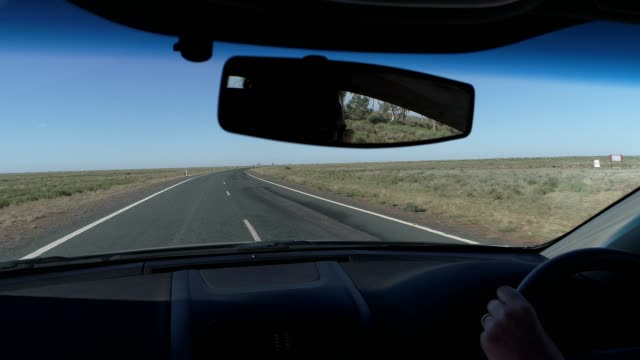 stockvideo's en b-roll-footage met 4k car pov driving on desert highway in outback australia - tweebaansweg